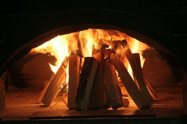 薪ストーブのある家はデメリットと後悔で本当は暖かくないのではないか?1年住んでみた感想も紹介